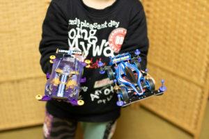 ミニ四駆2台を手にする息子の写真