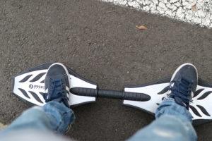 ボードに乗った足の写真。