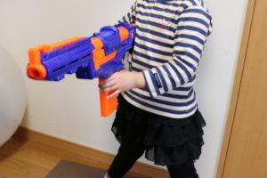 デルタトルーパーを構える娘の写真