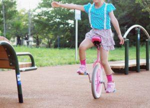 一輪車に乗る女の子の写真