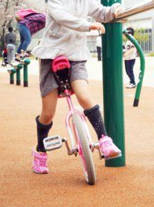 一輪車の練習をする女の子の写真