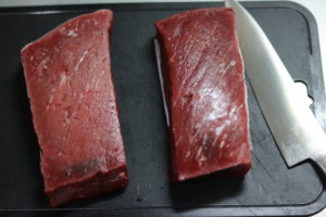 牛モモ肉ブロックを2つ並べた写真