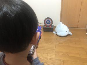 ナーフでターゲットを狙う息子の写真