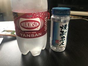 焼酎ワンカップと炭酸水の写真