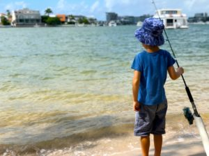 釣りをしている男の子の写真