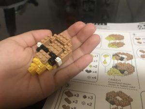 ナノブロックを組み立てている途中の写真