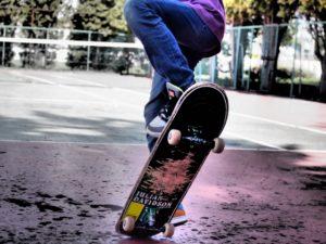 スケボーでジャンプする人の写真